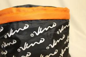 黒色とオレンジの2種類の生地を使用