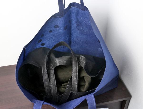 アウターを入れた、大きめの不織布バッグもスッポリ収まります。